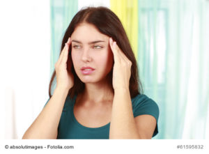 Frau mit Kopfschmerzen- Migrne - woman with strong headache